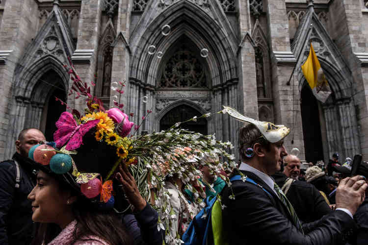 Comme tous les ans, Pâques donne l'occasion aux habitants de New York de parader avec les couvre-chefs les plus extravagants sur la cinquième avenue.