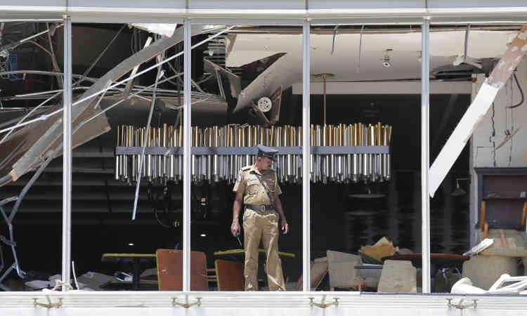 Quatre hôtels– le Cinnamon Grand, le Shangri-La, le Kingsbury à Colombo et un hôtel de Dehiwala – ont été en partie détruits. Ici, un officier de police constate les dégâts causés par l'explosion dans le restaurant de l'hôtel Shangri-La.