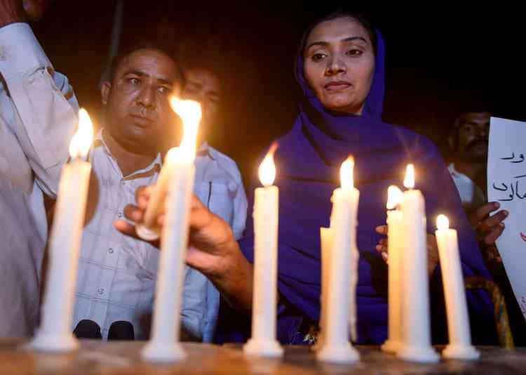 A Karachi, les fidèles ont rendu hommage après la la messe pascale aux victimes des attentats qui ont fait plus de 200 morts au Sri Lanka.