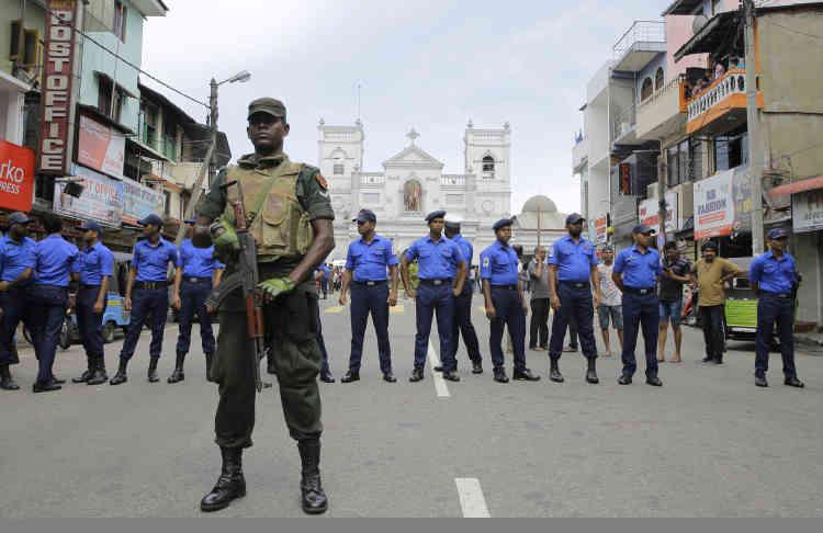 Le président sri-lankais Maithripala Sirisena a ordonné le déploiement de l'armée dans les points sensibles de la capitale et la mise en place d'une unité spéciale de la police et l'armée pour enquêter sur les attentats.
