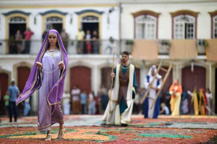Les rues de la ville de Ouro Preto au Brésil, ont été recouvertes de compositions colorées, élaborées avec de la sciure peinte, foulées par des processions de fidèles représentant la résurrection du Christ.