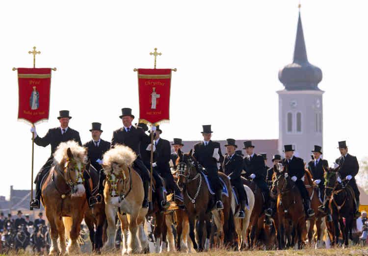 Toutes les traditions associées au jour de Pâques ne se cantonnent pas aux enceintes des églises. A Ralbitz, en Allemagne, depuis plus d'un siècle les hommes de la communauté sorabe, une minorité slave, chevauchent en chantant la resurection du Christ, vêtus deredingote noires.