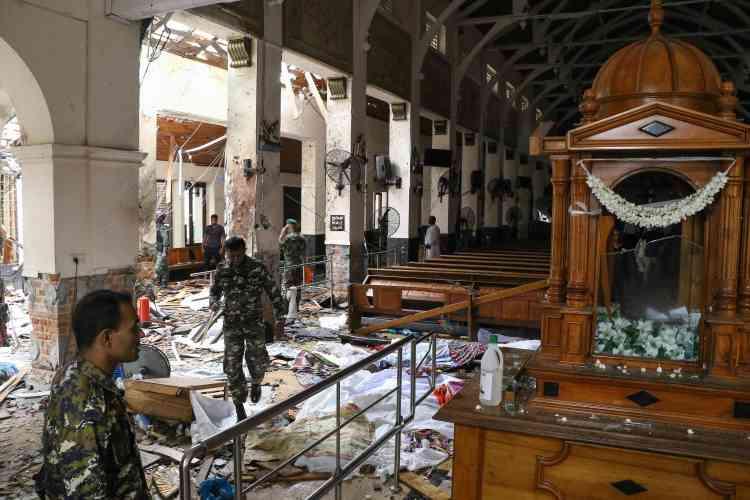 Des soldats sri-lankais enjambent des corps recouverts par des couvertures au sein de l'église de Saint Antoine à Colombo.Le premier ministre Ranil Wickremesinghe a condamné des «attaques lâches».