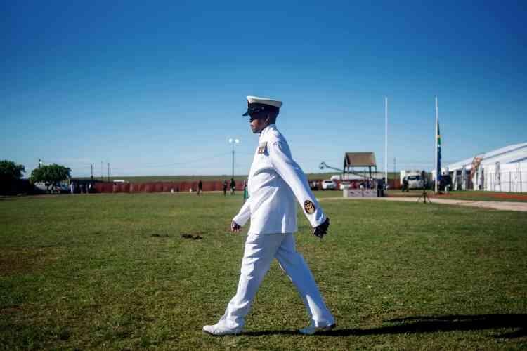 Un officier de la marine participe au défilé de commémoration, au stade Miki Yili à Makhanda, le 27 avril.