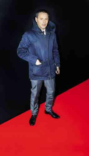 Le futur directeur général de BFM-TV semble avoir retenu la règle. Ce soir-là, sa parka, ce vêtementde froid inventé par les Inuits et originellement taillé dans de la peau de caribou, est en effet bleu marine. Alors, ainsi vêtu, Marc-Olivier Fogiel est-il élégant ? A défaut de répondre à cette question, on rappellera que toutes les règles ont des exceptions.