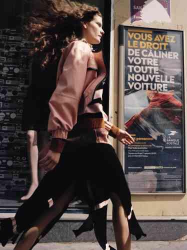 Veste en cuir, Chanel. Pull en laine et jupe en maille, Loewe. Chemise en organza de soie, Forte_Forte. Sautoir en métal, JW Anderson. Collants résille, Falke.