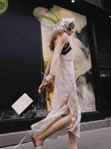 Top manches longues en nylon, Dior. Robe nuisette en soie, Coach. Soutien-gorge en perles, T Label. Sac en cuir et toile, Jil Sander. Slippers en cuir, Marni.