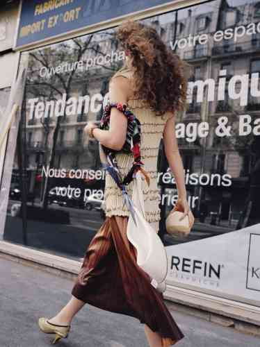 Top en maille, Jil Sander. Jupe plissée en cuir d'agneau, Givenchy. Bracelet en maillon, Dior. Carrés de soie, Hermès. Sac en cuir imprimé logo et foulard en soie, Balenciaga. Escarpins en cuir ajouré, Marni.