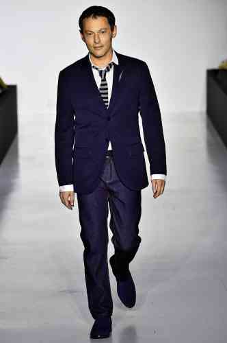 Puisqu'il y avait urgence à le relooker, Agnèsb. a choisi Marc-Olivier Fogiel pour défiler en pleine Paris Fashion Week. On saluera ici la générosité de la démarche, ainsi que le résultat final. De fait, à un ou deux détails près (la broche éclair à la boutonnière et cette sempiternelle cravate négligemment dénouée), l'ensemble s'avère convaincant et démontre qu'un homme est toujours élégant lorsqu'il porte du bleu marine.