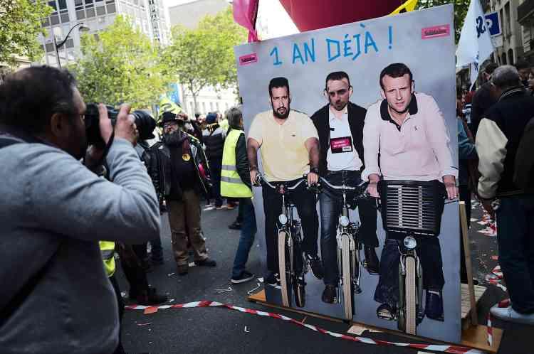 Un photomontage grandeur nature entre Emmanuel Macron et Alexandre Benalla, lors de la manifestation du 1er-Mai à Paris.
