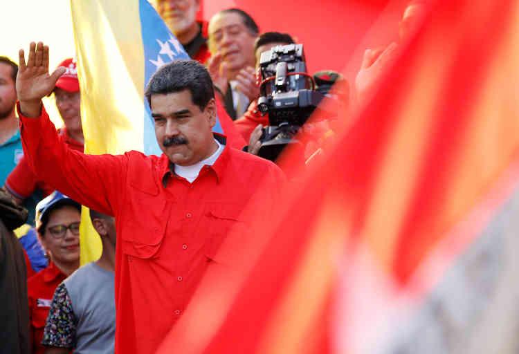 Devant plusieurs milliers de ses partisans rassemblés pour le 1er-Mai devant le palais présidentiel de Miraflores, Nicolas Maduro a, lui, averti qu'il n'aurait «aucune hésitation» à «mettre derrière les barreaux les responsables de ce coup d'Etat criminel», survenu la veille.