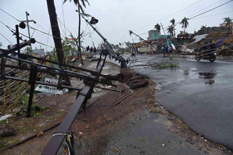 L'électricité et l'eau ont été coupées dans la plupart des quartiers de la ville et des centaines d'arbres déracinés.Le cyclone s'est même fait sentir jusqu'au lointain mont Everest, où des tentes ont été arrachées au Camp 2 à6400mètres d'altitude.