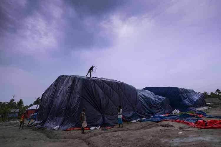 Des travailleurs bangladais protègent leur matériel en attendant le passage du cyclone Fani à Khulna (Bangladesh), le 3 mai.Le cyclone s'est ensuite dirigé vers le nord-est, perdant de sa puissance mais continuant à faire des dégâts, en direction de Calcutta.