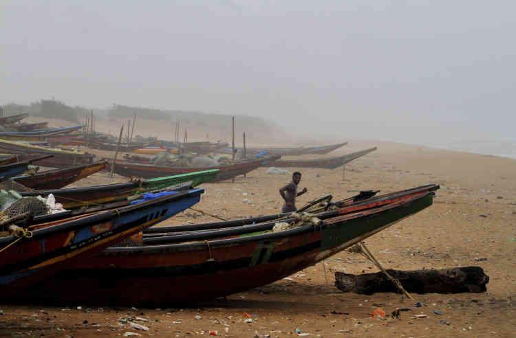 Un pêcheur avant le passage du cyclone Fani, sur la plage de Chandrabhaga dans l'Etat indien de l'Odisha, le 2 mai.