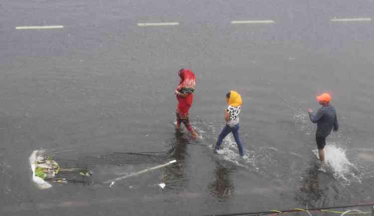 Les rues inondées à Puri, le 3 mai. Les stands de nourriture et les enseignes se sont envolés.