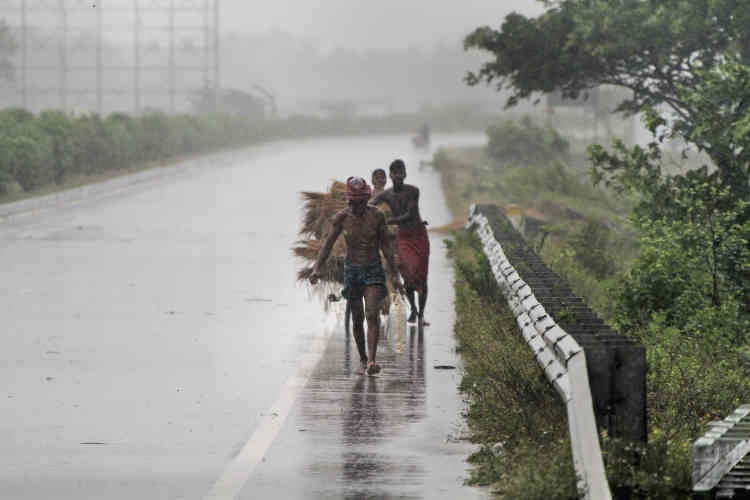 Des villageois se dirigent vers des abris avant le passage du cyclone aux abords de Puri, ville indienne côtière de200000habitants, le 3 mai.
