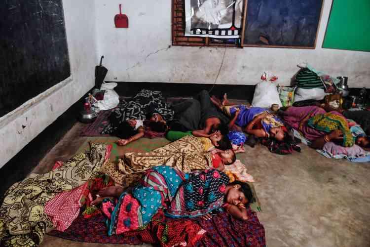 Des familles se réfugient pour la nuit dans un abri improvisé à Puri, le 3 mai.