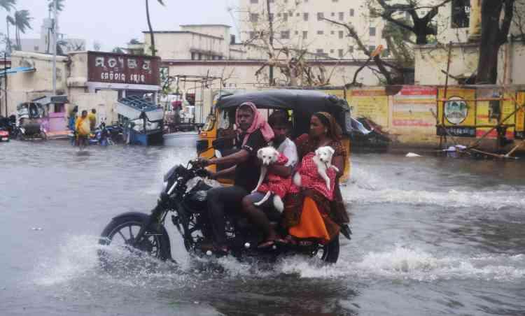 Quatorze villages indiens ont été inondés lorsque des digues se sont rompues à cause de la montée des eaux.