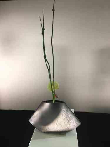 Une exposition d'ikebana présente aux visiteurs cet art floral traditionnel japonais.
