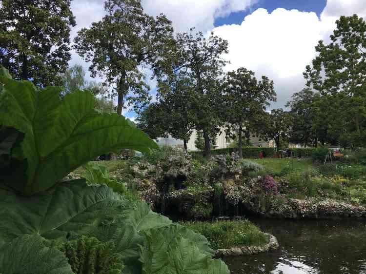 Le Jardin des plantes est un parc paysager de 7 hectares. Il est parcouru de cours d'eau artificiels, agrémentés de rocailles et de cascades caractéristiques des jardins de la seconde moitié du XIXe siècle, au cours de laquelle il prendra sa physionomie actuelle.