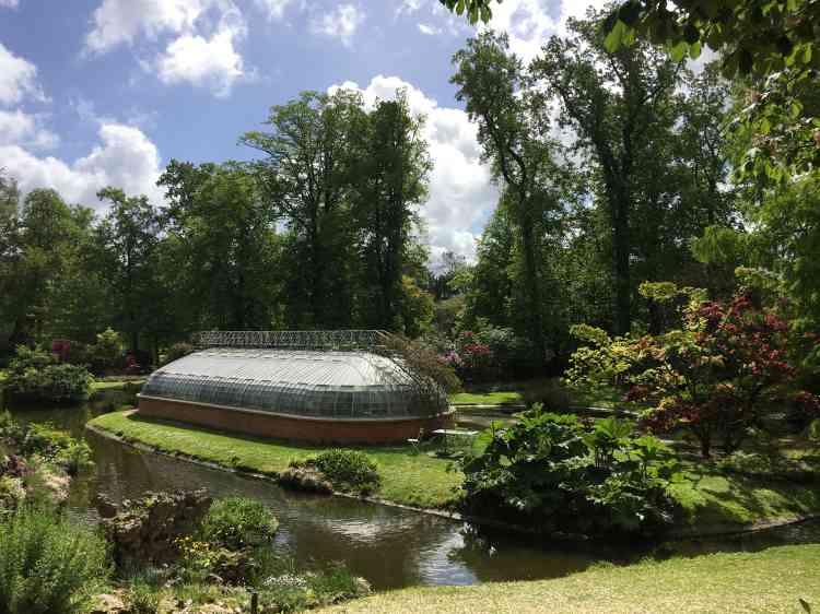 Plusieurs serres exceptionnelles, dont un palmarium, abritent les collections végétales les plus fragiles.
