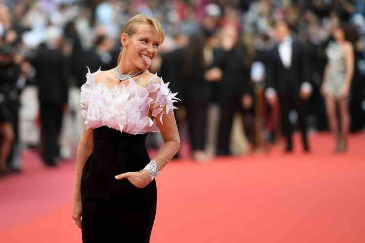 La mannequin française Estelle Lefébure grimace sur le tapis rouge.