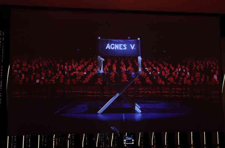 Un hommage à la réalisatrice Agnès Varda, morte cette année, est rendu sur la scène du Palais des festivals de Cannes.