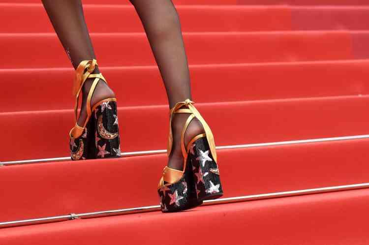 Les chaussures d'une invitée se font particulièrement remarquer.