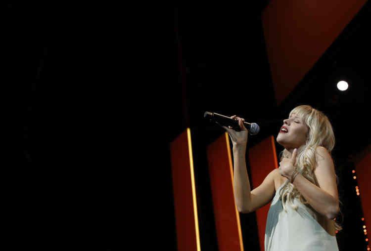 Performance de la chanteuse Angele lors de la cérémonie d'ouverture.