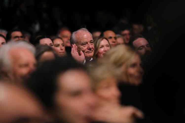 L'acteurBill Murray salue de la main depuis la salle.