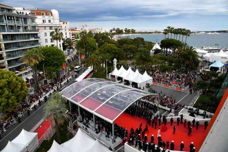 Les photographes se pressent sur les côtés du tapis rouge pour obtenir les meilleurs clichés des stars qui arrivent.