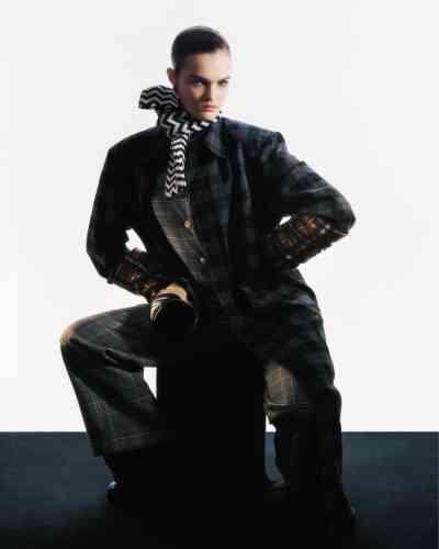 Manteau en flanelle de coton et pantalonporté en dessous,Balenciaga. Combinaison en prince-de-galles, Chemise à carreaux, Gauchère. Echarpe en maille de cachemire,Missoni. Manchons bras de chemise en laine,DSquared2. Sac seau GG Mormont en cuir, Gucci. Mocassins et sac bourse en cuir, Gucci.