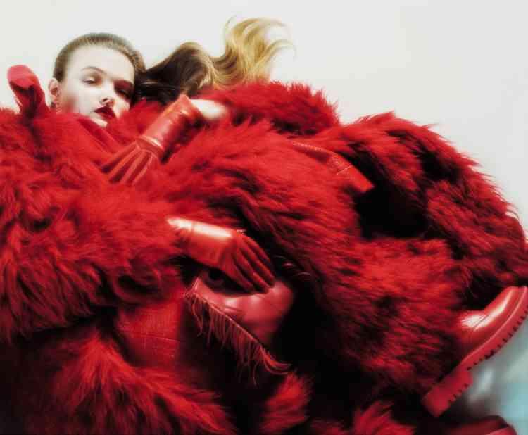 Manteau en fausse fourrure, robe en vinyle, Marni. Gants en agneau, Acaba. Sac M Mini en cuir rouge à franges, Maje. bottines en cuir et chaussettes en laine, Valentino.
