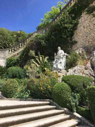 Les marches s'élèvent au-dessus du jardin classique pour conduire aux aménagements paysagers du XIXe siècle, avec leurs plantations d'essences méditerranéennes– chêne vert, cèdre et pin d'Alep–, et à la célèbre tour Magne, qui domine le paysage.