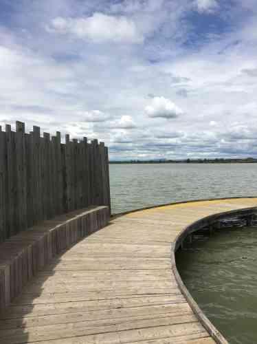 Conçue pour observer lepaysage de lagune, cette plate-forme découpe l'espace avec une grande élégance.