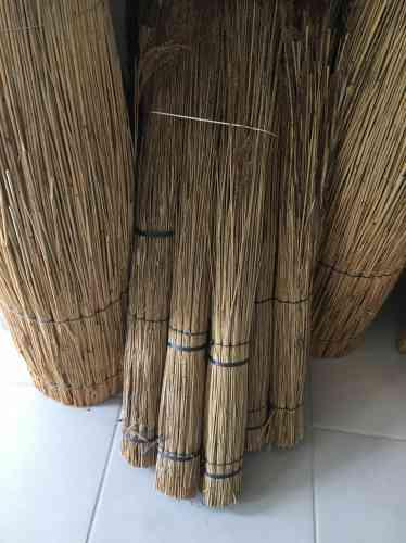 Les roseaux sont encore utilisés pour la confection des toits de chaume.