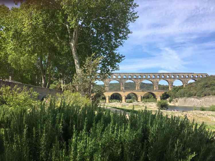 Construit au Iersiècle de notre ère, le pont romain soutient un aqueduc dont la fonction était d'alimenter en eau la ville de Nemausus, l'actuelle Nîmes. Dégradés par les effets du tourisme de masse, ses abords ont fait l'objet, il y a vingt ans, d'une opérationde réhabilitation, à commencer par l'éloignement et la dissimulation des parkings et la renaturation du site.