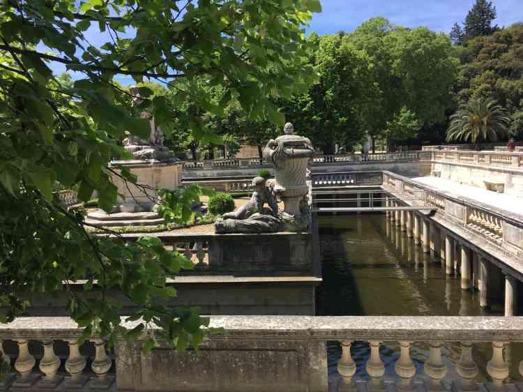 Situé au cœur des jardins, le nymphée,classique et rigoureux, est le centre d'un complexe hydraulique ancien.