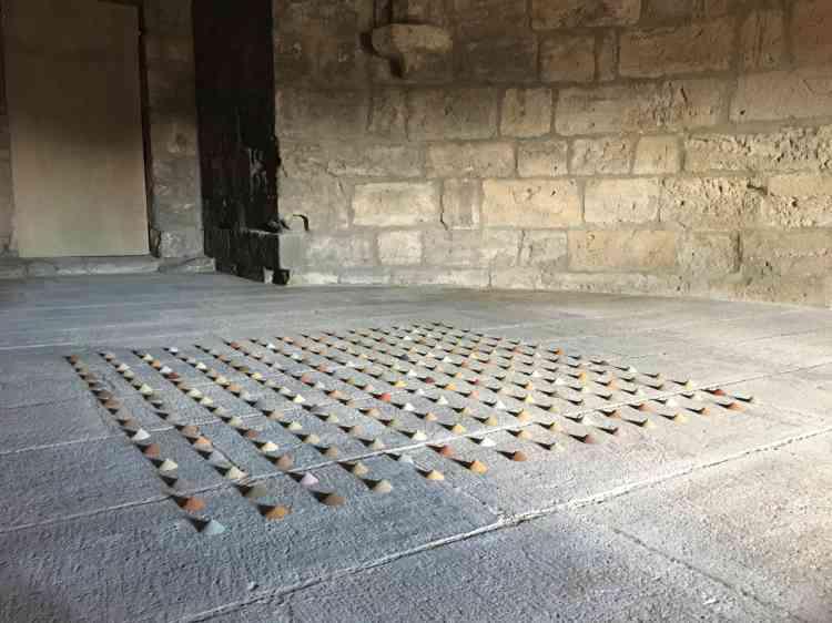 L'artiste Kôichi Kurita pratique depuis plus de vingt ans, au cours de ses voyages, la collecte d'échantillons de terre. Régulièrement, il les expédie collés sur des cartes postales (comme celles qui sont exposées à la maison du site). A Aigues-Mortes, il a réalisé plusieurs installations avec des échantillons prélevés dans le sud de la France.