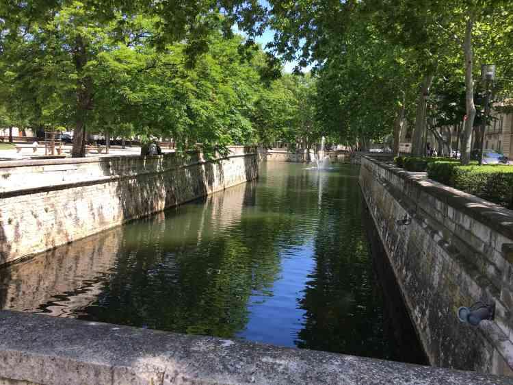 L'eau des canaux, aujourd'hui dévolue à l'agrément des promeneurs, servait autrefois à l'importante activité textile nîmoise. Celle-ci a enrichi le lexique avec le «denim» (la fameuse toile de Nîmes), comme le bleu de Gênes (produit par l'indigotier) a donné... le« blue jean».