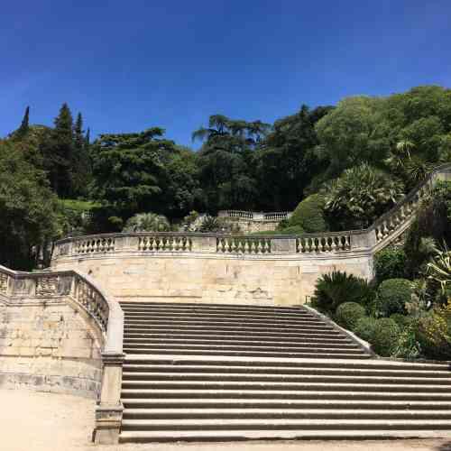 Aménagée pour l'essentiel au XVIIIe siècle, la partie basse de ce jardin remarquable sert d'écrin à une fontaine mise en valeur dès l'époque romaine.