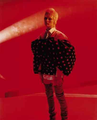 Robe en satin, Celine par Hedi Slimane. Chemise en coton, Paul Smith. Jeans en denim, Gucci.