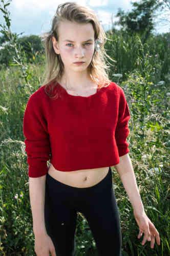« Ici, l'univers de la mode, telle cette photo de sa jeune sœur, mise en scène pour créer une des fables visuelles que la jeune photographe se plaît à élaborer avec la complicité d'Alice. Jouant la muse, elle y incarne de nombreux rôles et sa beauté naturelle irradie les images de sa grande sœur. A elles deux, elles réactivent les magies de l'enfance et renouent avec une certaine poésie russe.»