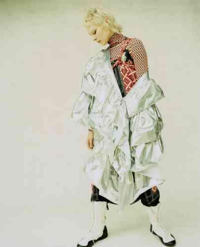 Col roulé en coton, robe à bretelles en satin, jupe mosaïque en satin portée en top, pantalon en laine, Paco Rabanne. Robe en tissu technique aluminium Alberto Zambelli. Bottes en cuir et coton, Yohji Yamamoto ×Adidas.