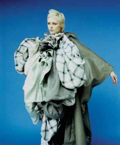 Manteau oversized en coton, Max Mara. Sacs en coton superposés, Andreas Kronthaler for Vivienne Westwood.