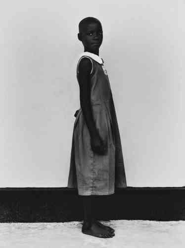 «La Fondation Marie-Stella-Maris œuvre en faveur d'un accès à l'eau potable dans la région de Mukono, enOuganda. Elle a passé commande à Bastiaan Woudt, jeune photographe autodidacte (nouveau venu dans le monde du portrait) qui a réalisé une série de clichés en noir et blanc des villageois. Ses photos, associant abondance de détails et flou maîtrisé, évoquent éblouissement et aridité. Ses modèles sont magnifiés et apparaissent ainsi comme des figures de médaillon.»