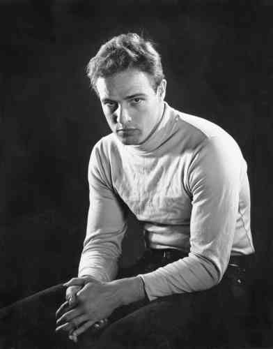 """«Philippe Halsman est l'un des plus grands portraitistes du XXesiècle. Il a enchaîné les commandes dans son studio de New York et réalisé de nombreux portraits de célébrités de l'époque. De1940 à1970, il a signé plus de cent couvertures pour le magazine """"Life"""". Ce portrait de Marlon Brando, de facture classique, fait partie de cette production. »"""
