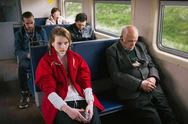 «Turkina Faso est une jeune photographe russe vivant à Londres : elle y mène une carrière dans la mode. Exilée, elle a ressenti le besoin de parcourir son passé et celui de sa famille. Depuis 2012, elle réalise un travail, toujours en cours, sur sa jeune sœur Alice, restée au pays. Ses images mêlent instantané et document, comme sur cette photo qui représente une jeune fille voyageant en Russie.»