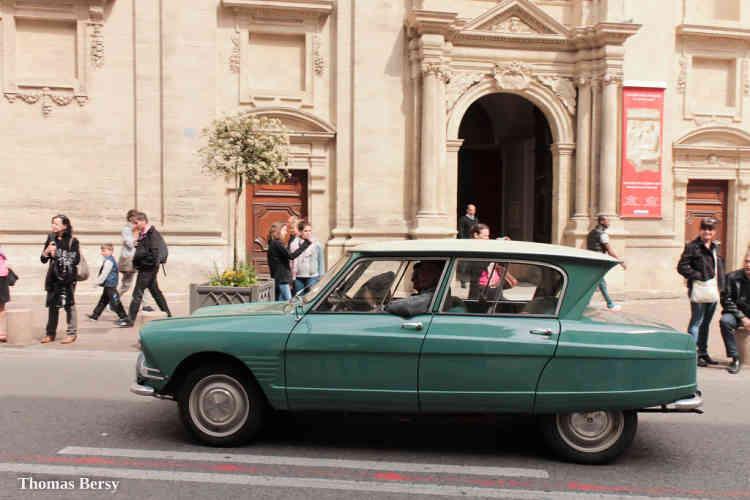 Monument du baroque automobile, l'Ami 6 tente de combler le vide laissé entre la rustique 2CV et la bourgeoise DS. Elle n'y parviendra que partiellement mais la ligne osée de ce véhicule dérivé de la 2CV marquera l'histoire de Citroën.