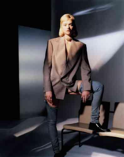Veste en laine, Gucci. Jeans en denim. Boots en cuir, Church. Tour de cou en métal, Annie Costello Brown.